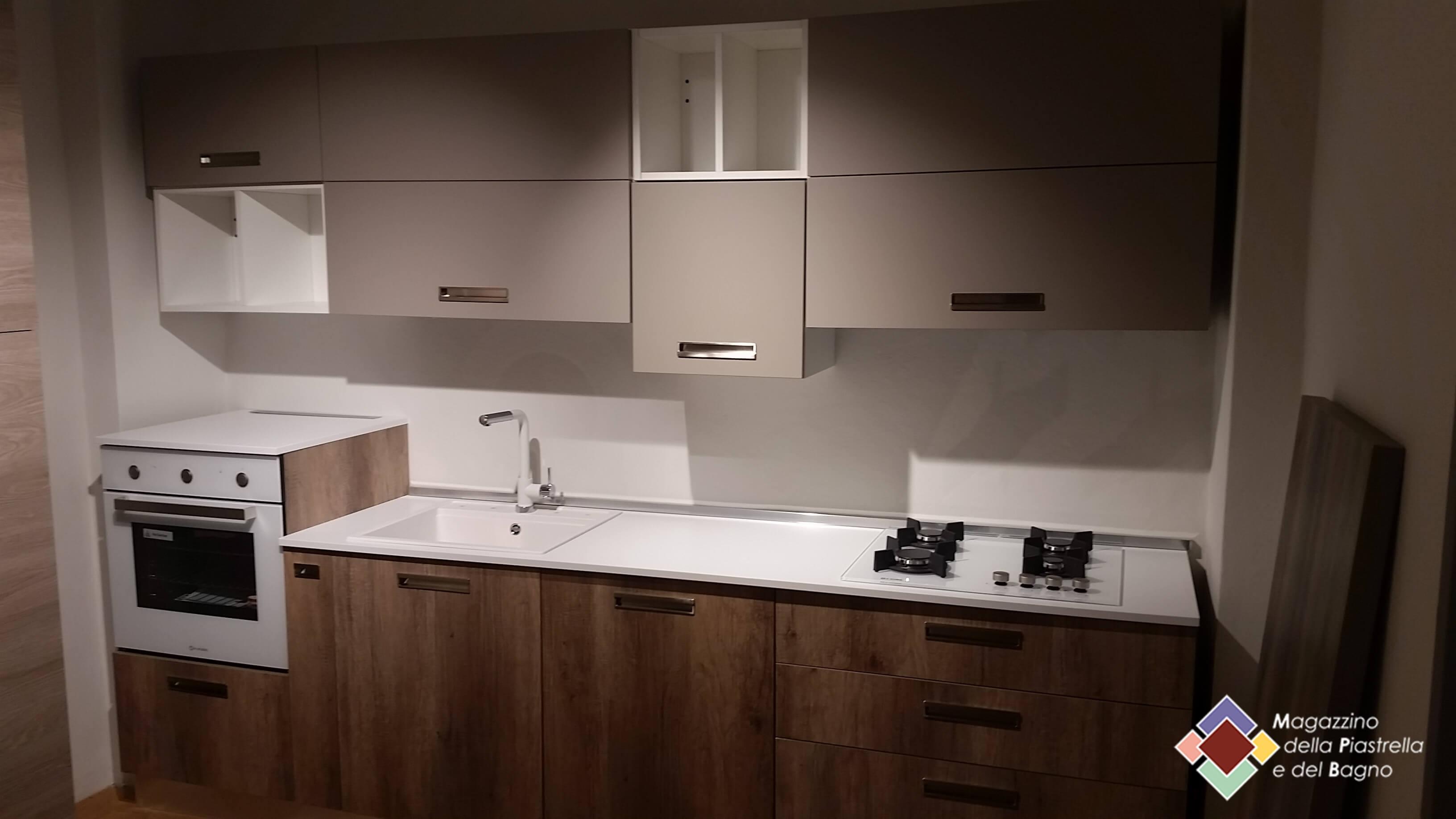 Soluzioni cucine u magazzino della piastrella e del bagnou c