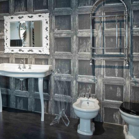 Sanitari dal design classico esposti al magazzino della piastrella e del bagno di Firenze
